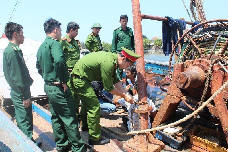 4 ngư dân bị xích, trói trên 2 tàu cá - ảnh 2