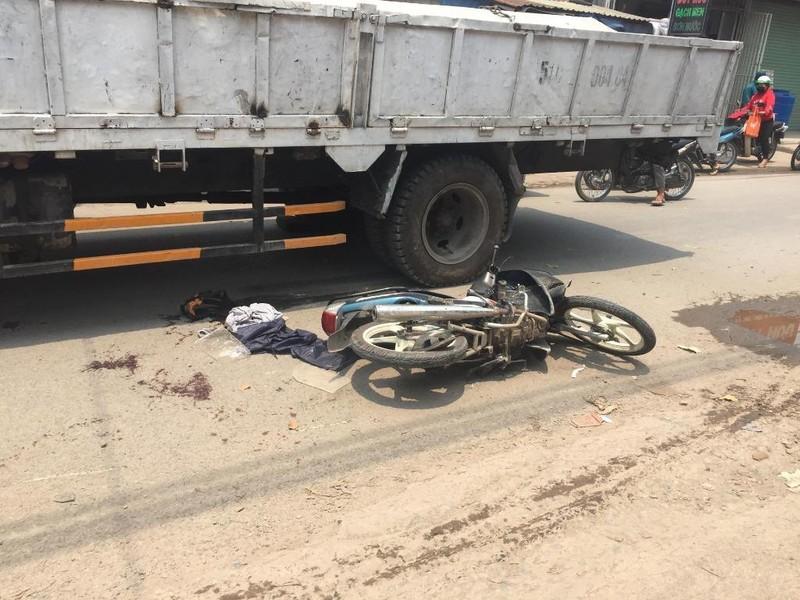 Bình Chánh: Sụp ổ gà, thanh niên nguy kịch dưới xe tải - ảnh 1