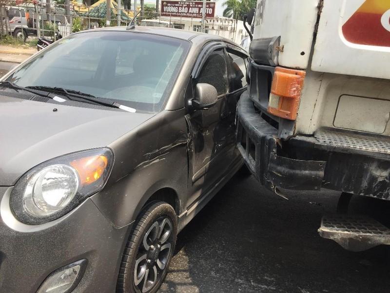 Quận 12: Sau va chạm, xế hộp nằm chắn ngang đầu xe tải - ảnh 2