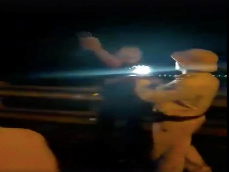 Điều chuyển trung tá CSGT rọi đèn pin vào mặt dân - ảnh 2