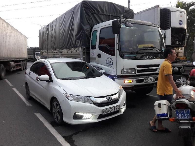 Tài xế ô tô đập nứt kính xe tải ở quận Bình Tân - ảnh 2