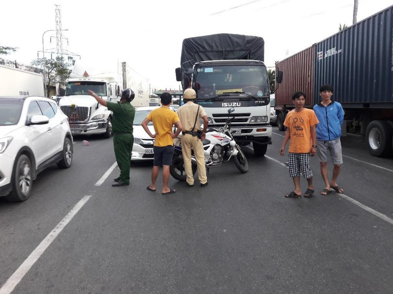 Tài xế ô tô đập nứt kính xe tải ở quận Bình Tân - ảnh 1