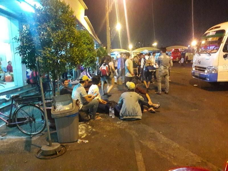 Người dân vất vả rời TP.HCM về quê nghỉ lễ - ảnh 1
