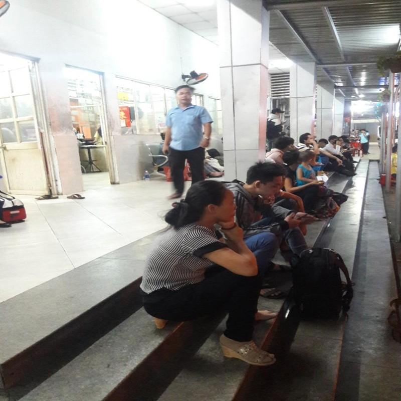 Người dân vất vả rời TP.HCM về quê nghỉ lễ - ảnh 4