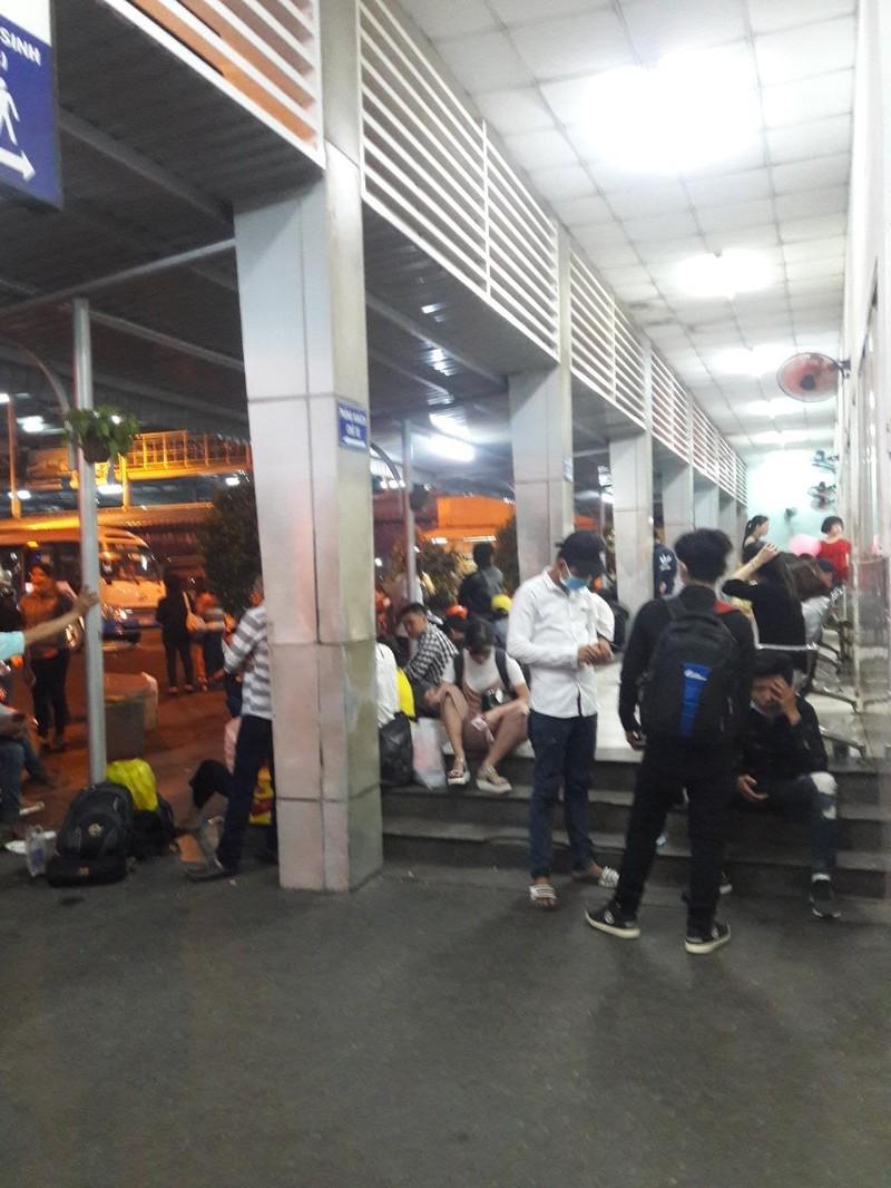 Người dân vất vả rời TP.HCM về quê nghỉ lễ - ảnh 3