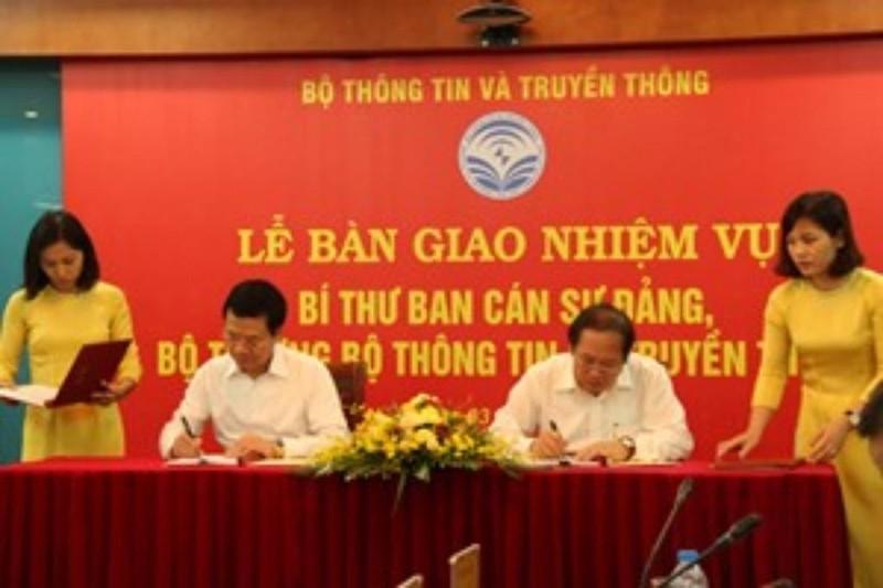 Bàn giao nhiệm vụ bộ trưởng Bộ TT&TT cho ông Nguyễn Mạnh Hùng - ảnh 1