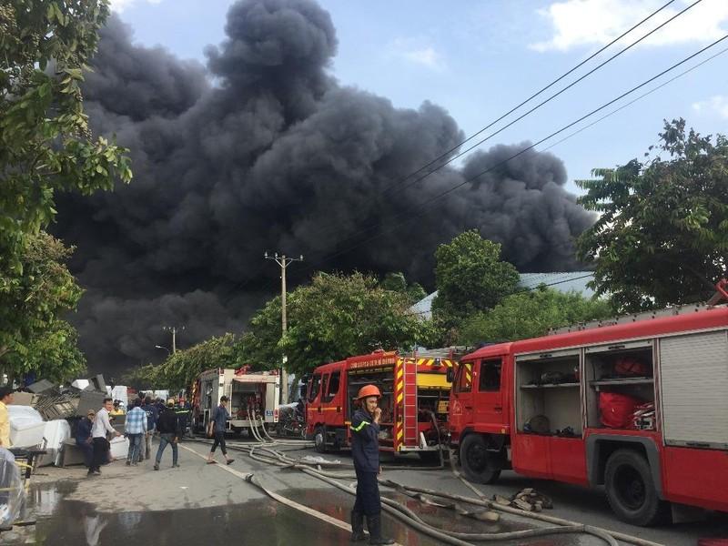 Cháy dữ dội tại KCN Nhị Xuân, huyện Hóc Môn - ảnh 1