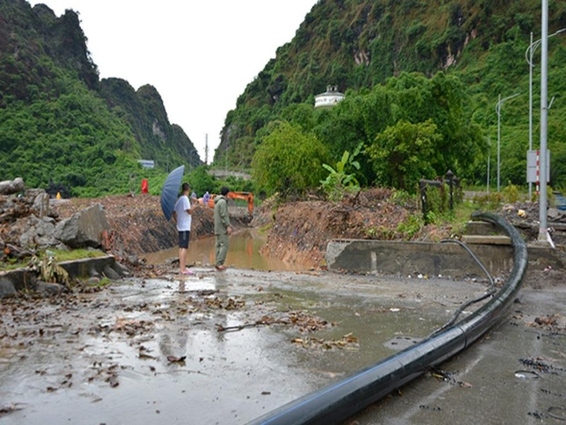 Quảng Ninh: Dốc Đèo Bụt tiếp tục ngập, giao thông tê liệt - ảnh 1
