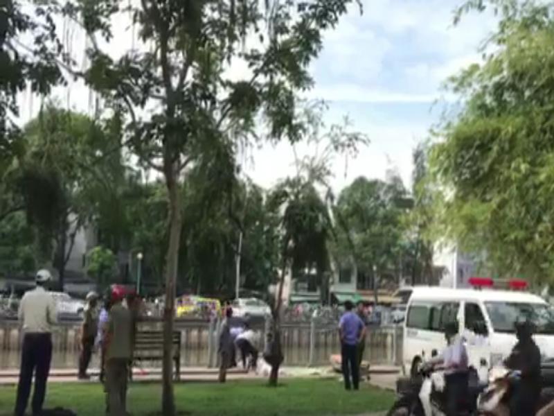 Phát hiện thi thể người đàn ông nổi trên kênh Nhiêu Lộc - ảnh 1