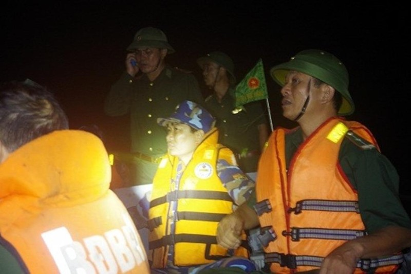 Biên phòng cứu 3 ngư dân giữa biển trong thời tiết cực xấu - ảnh 1