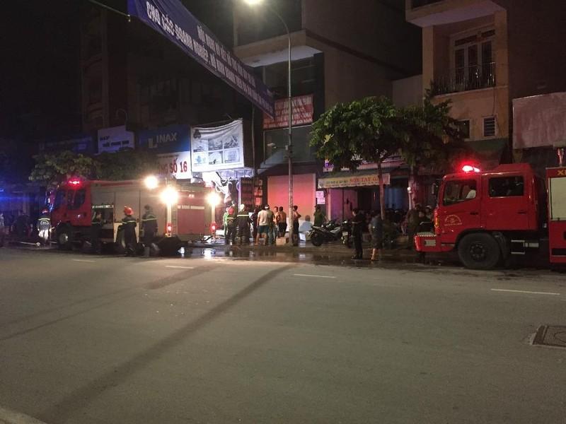 Cháy nhà ở Tân Phú, 3 người leo lên nóc thoát chết  - ảnh 1