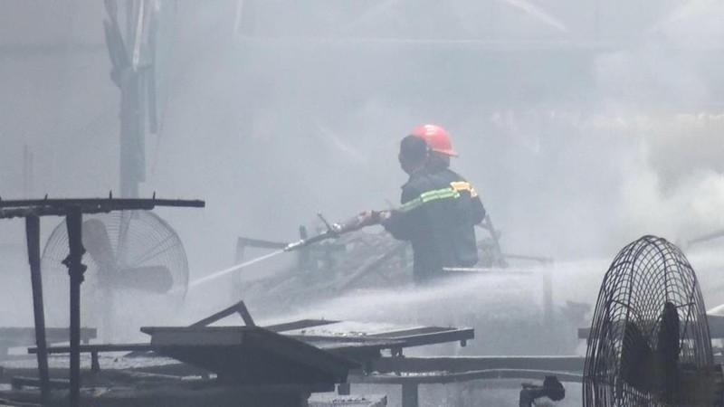 Bình Dương: Cháy xưởng gỗ lúc giữa trưa - ảnh 1