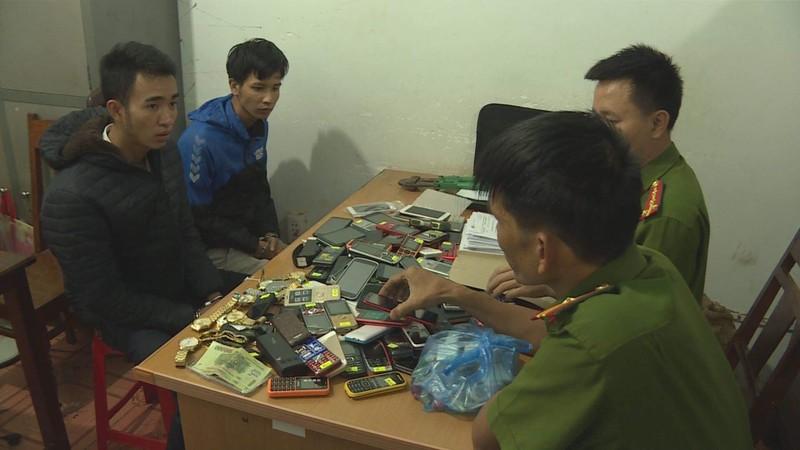 Cô gái theo người yêu đi cắt khóa, trộm hơn 200 điện thoại - ảnh 1
