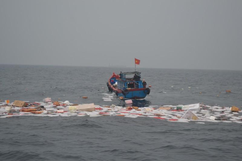 Cứu 7 ngư dân trên tàu hàng vừa đăng kiểm bị chìm - ảnh 1