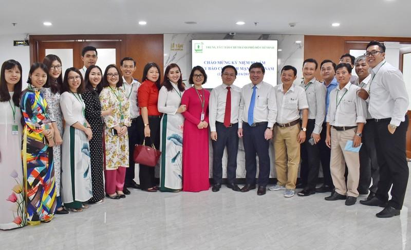 Chủ tịch UBND TP.HCM thăm Trung tâm báo chí TP dịp 21-6 - ảnh 1