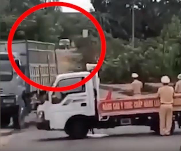 Tài xế chơi ma túy lái xe chở gỗ tông CSGT nhập viện - ảnh 1