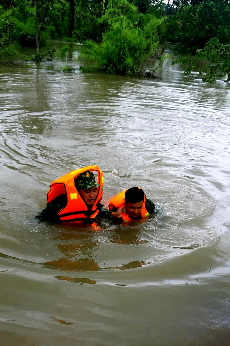 Bộ đội Biên phòng cứu ba người bị kẹt trong lũ - ảnh 1