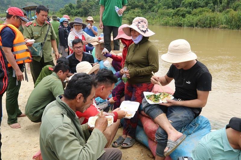 Chùm ảnh hàng trăm người vá đê ở Đắk Lắk - ảnh 6
