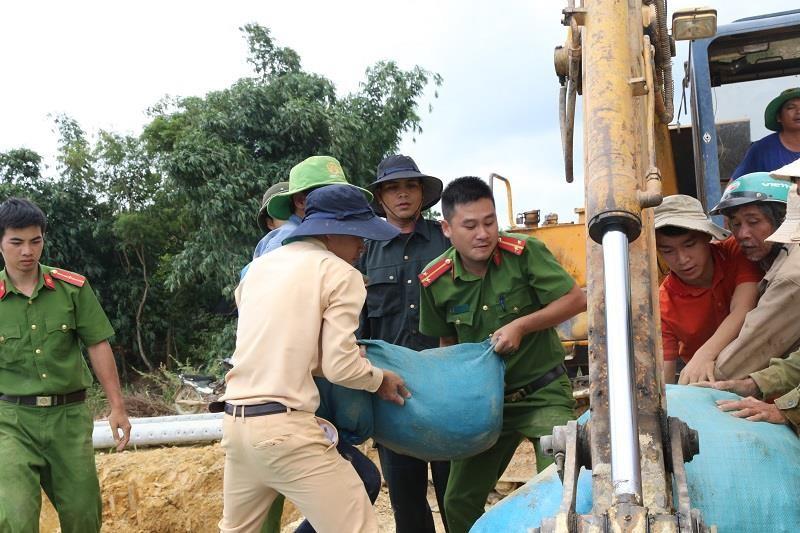 Chùm ảnh hàng trăm người vá đê ở Đắk Lắk - ảnh 1