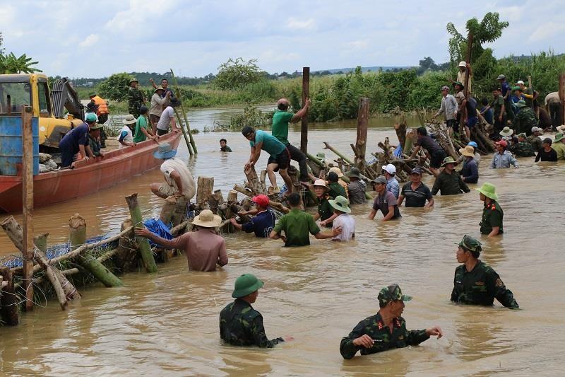 Chùm ảnh hàng trăm người vá đê ở Đắk Lắk - ảnh 4