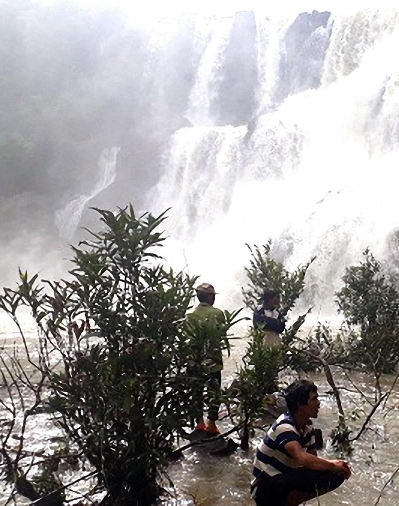 Tìm thấy 3 thanh niên chết đuối dưới thác làng Mèo - ảnh 1
