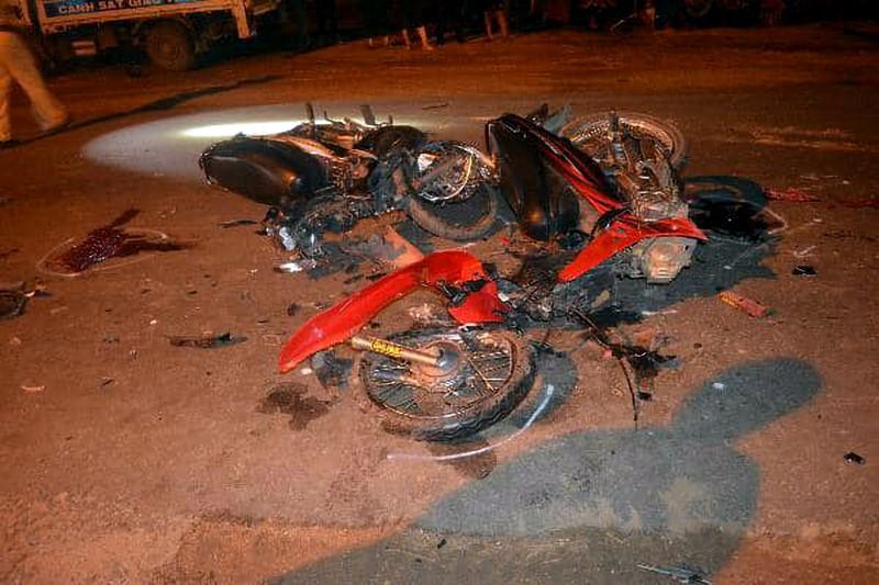 Đối đầu ngược chiều, hai thanh niên chết trên đường cấp cứu - ảnh 1
