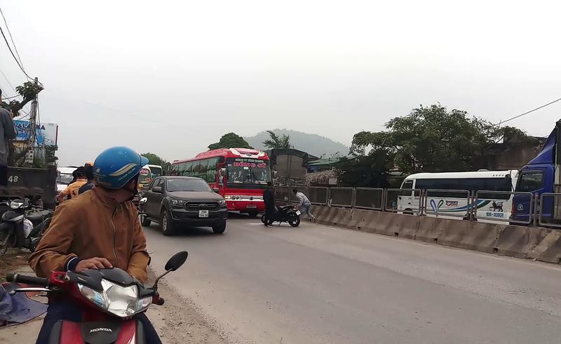 2 thanh niên đuổi theo xe khách hơn 10 km để đập vỡ kính - ảnh 1