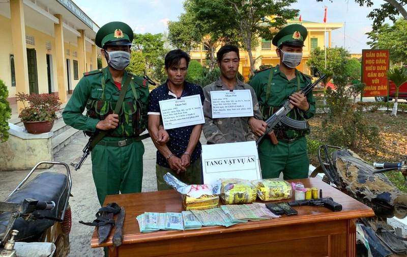 Bắt 2 người mang súng, đạn cùng 3 kg ma túy đá - ảnh 1