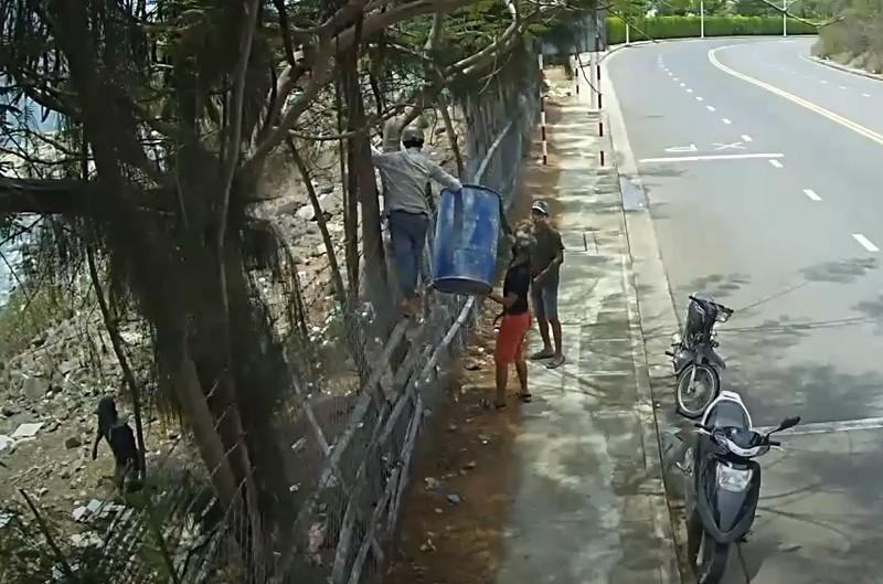 Nhóm thanh niên leo rào trộm giữa ban ngày - ảnh 1