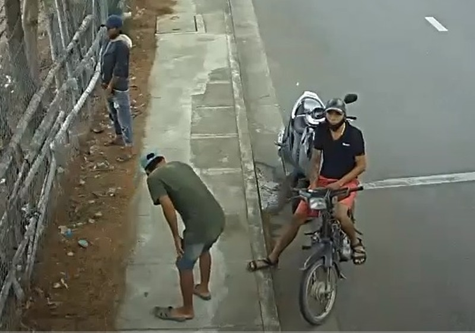 Bắt nhóm leo rào trộm giữa ban ngày ở Nha Trang - ảnh 1
