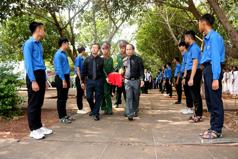 Xúc động lễ an táng 16 liệt sĩ hy sinh ở Campuchia - ảnh 1