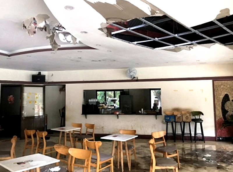 Phá cửa quán cà phê, kịp cứu 1 phụ nữ trong hỏa hoạn - ảnh 1