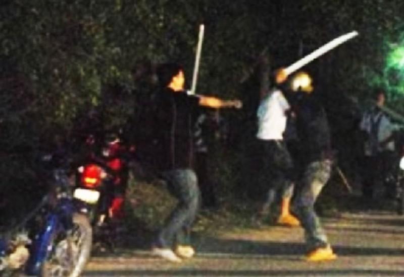 Thiếu niên bị hàng chục người đánh bầm dập vì cú vung chân - ảnh 1