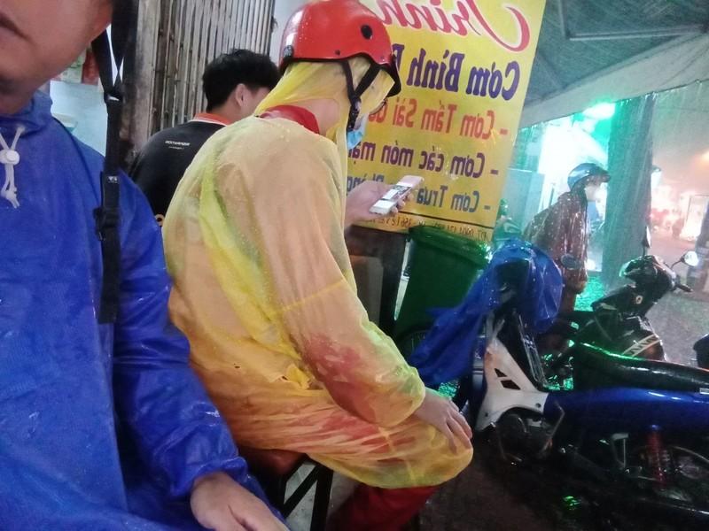 Nữ chủ quán cơm mang ghế giúp người trú mưa - ảnh 2