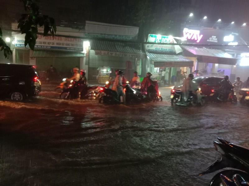 Nữ chủ quán cơm mang ghế giúp người trú mưa - ảnh 1