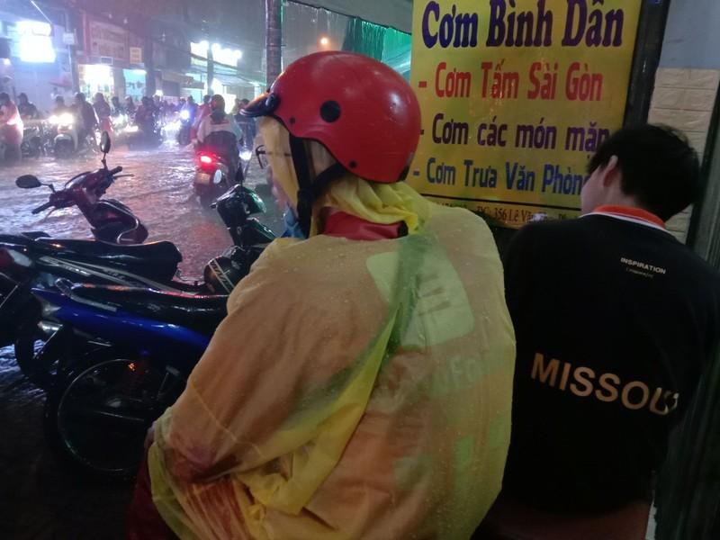 Nữ chủ quán cơm mang ghế giúp người trú mưa - ảnh 3