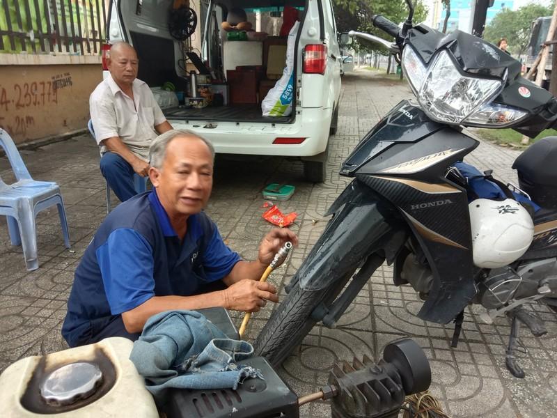 TP.HCM: Độc đáo tiệm sửa xe máy trong ô tô - ảnh 3