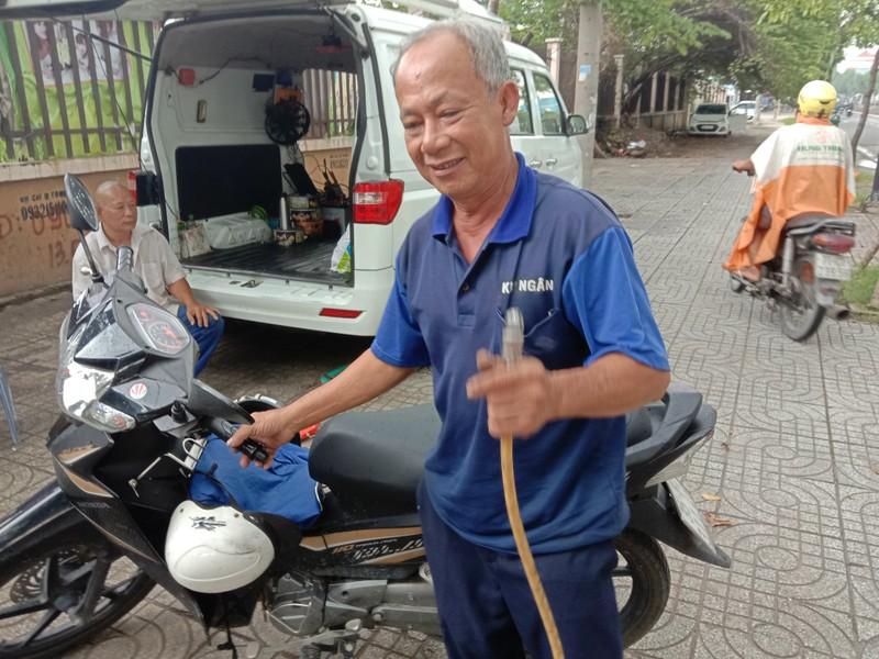 TP.HCM: Độc đáo tiệm sửa xe máy trong ô tô - ảnh 5