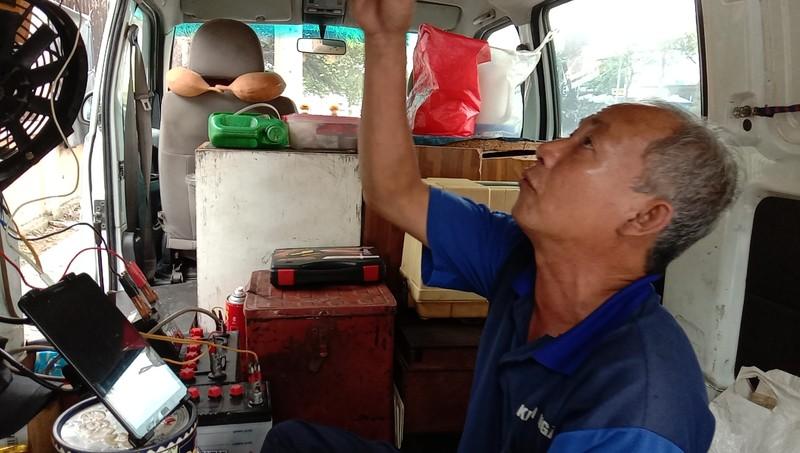 TP.HCM: Độc đáo tiệm sửa xe máy trong ô tô - ảnh 2