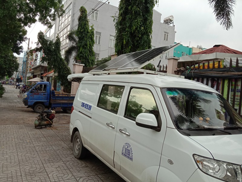 TP.HCM: Độc đáo tiệm sửa xe máy trong ô tô - ảnh 1