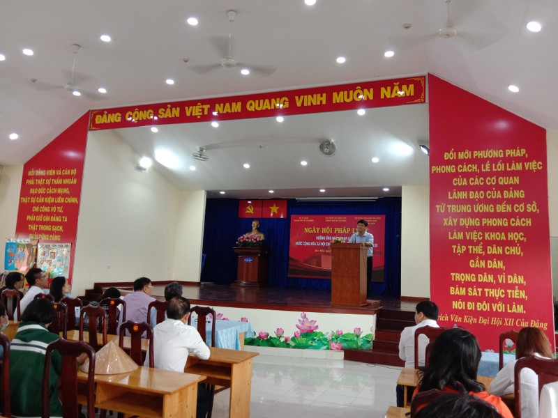 Hàng trăm người dân được tư vấn trong ngày hội pháp luật - ảnh 1