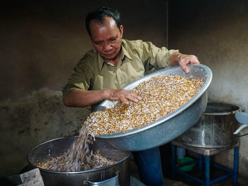 Đà Nẵng: Ông Nghĩa Bí thư ủ gần 1.000 ché rượu cần - ảnh 1