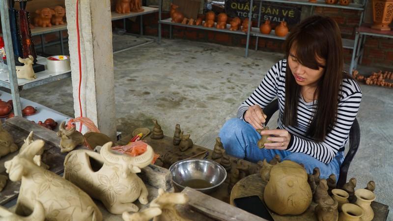 Làng gốm 500 tuổi tất bật nặn trâu bán Tết - ảnh 1