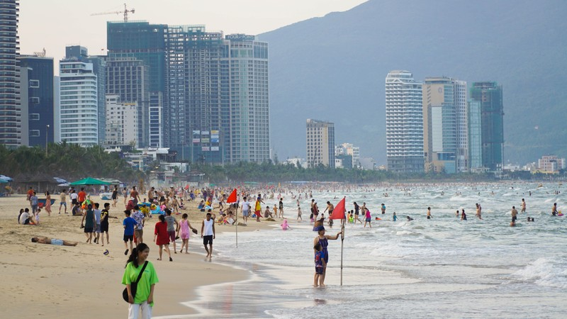 Hình ảnh du khách đeo khẩu trang tại bãi biển ở Đà Nẵng - ảnh 1