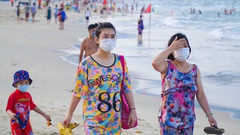 Hình ảnh du khách đeo khẩu trang tại bãi biển ở Đà Nẵng - ảnh 2