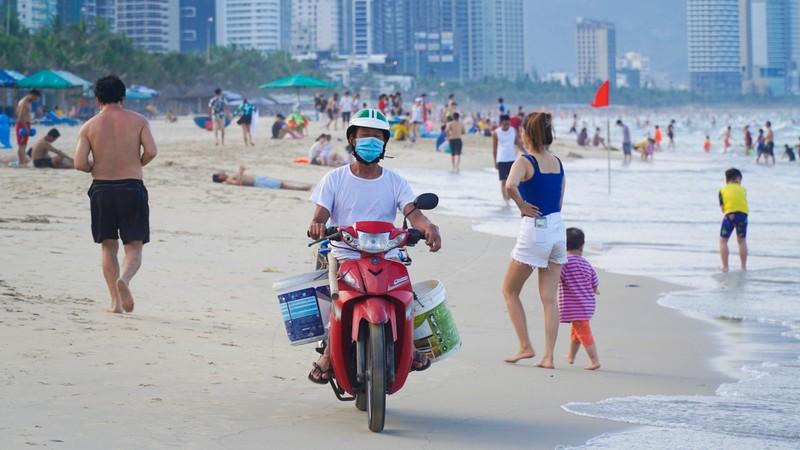 Hình ảnh du khách đeo khẩu trang tại bãi biển ở Đà Nẵng - ảnh 3