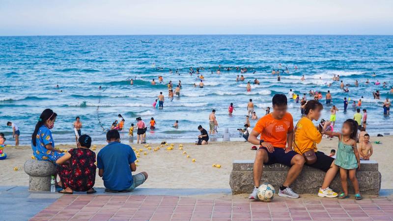 Hình ảnh du khách đeo khẩu trang tại bãi biển ở Đà Nẵng - ảnh 4