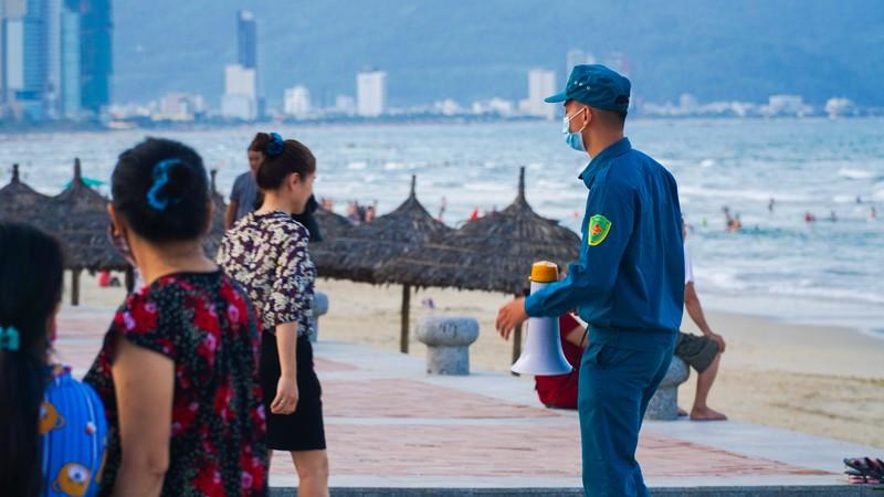 Hình ảnh du khách đeo khẩu trang tại bãi biển ở Đà Nẵng - ảnh 5