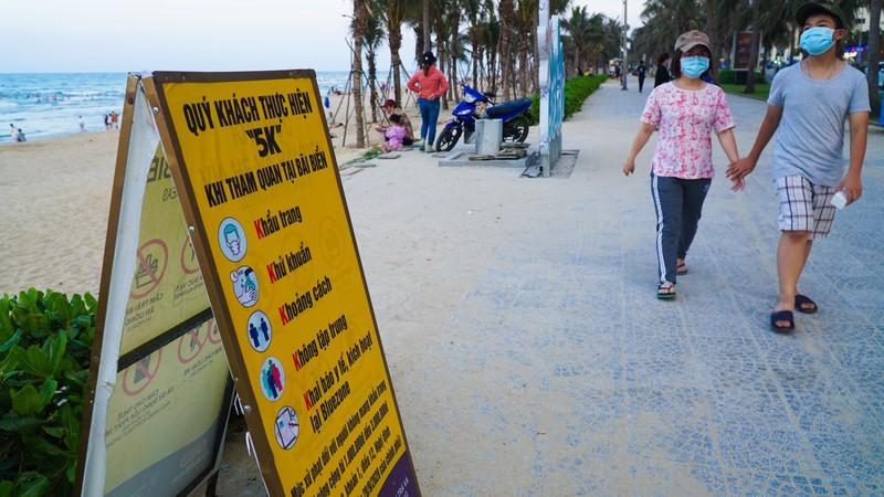 Hình ảnh du khách đeo khẩu trang tại bãi biển ở Đà Nẵng - ảnh 6