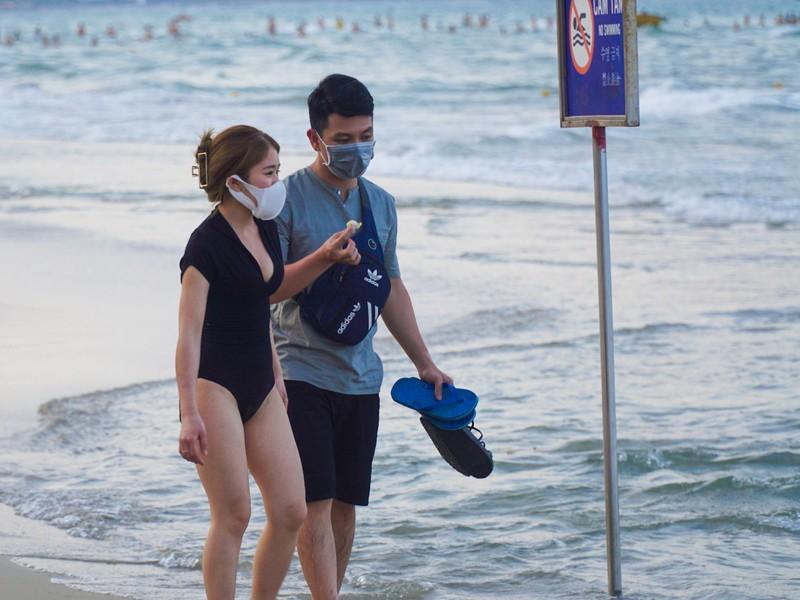 Hình ảnh du khách đeo khẩu trang tại bãi biển ở Đà Nẵng - ảnh 7